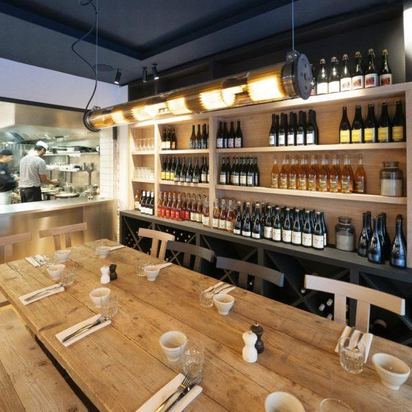 Cave à cidre et open kitchen au Breizh Café Paul Bert