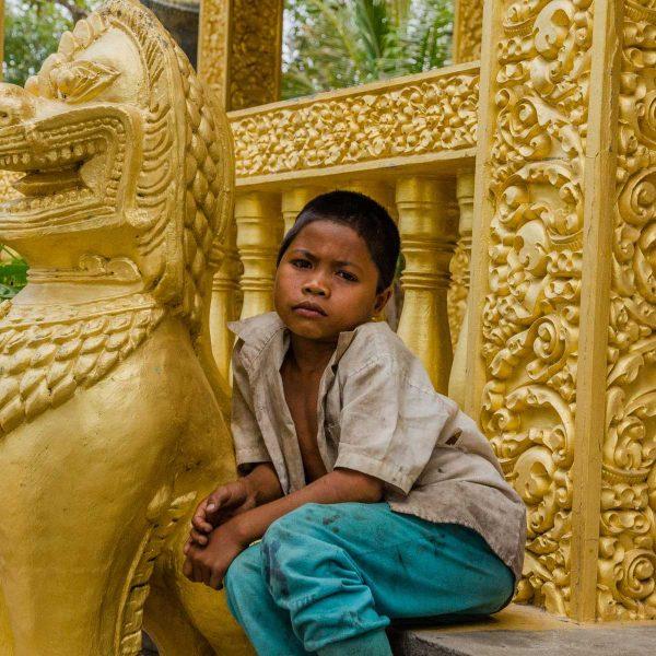 Cambodge - Angkor - Enfant et gardien de pierre à la pagode de Prek Kral