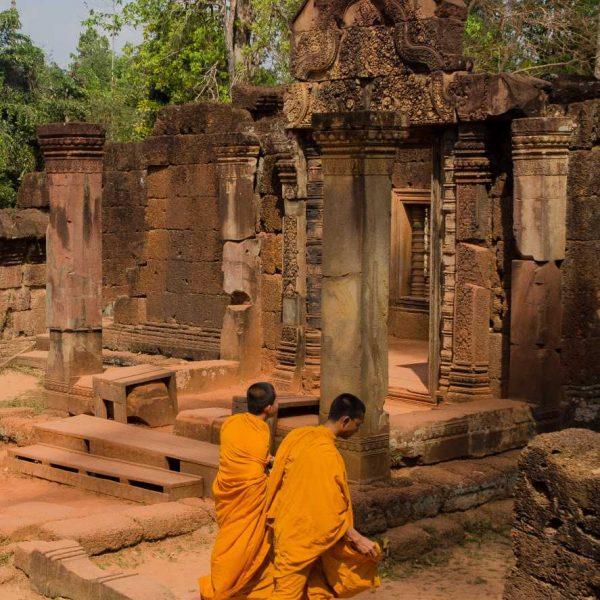 Cambodge - Angkor - Moines au temple de Banteay Srei