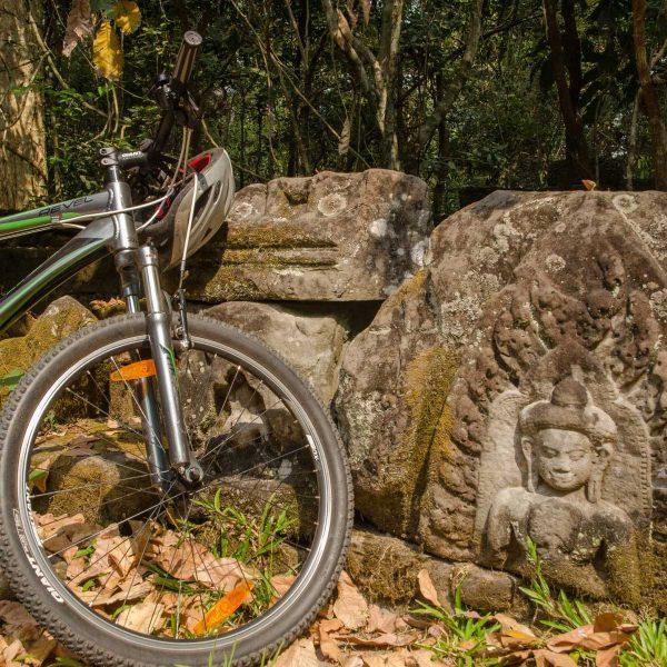 Cambodge - Angkor - A vélo sur les chemins de la cité d'Angkor Thom.