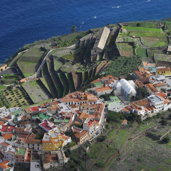 Canaries - Le joli village d'Agulo et ses jardins en terrasse.