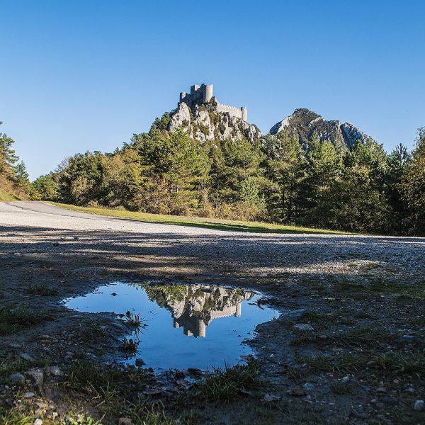 Perché à 697 m d'altitude sur le Mont Ardu, le château de Puilaurens fut pendant 4 siècles la forteresse la plus méridionale de France.