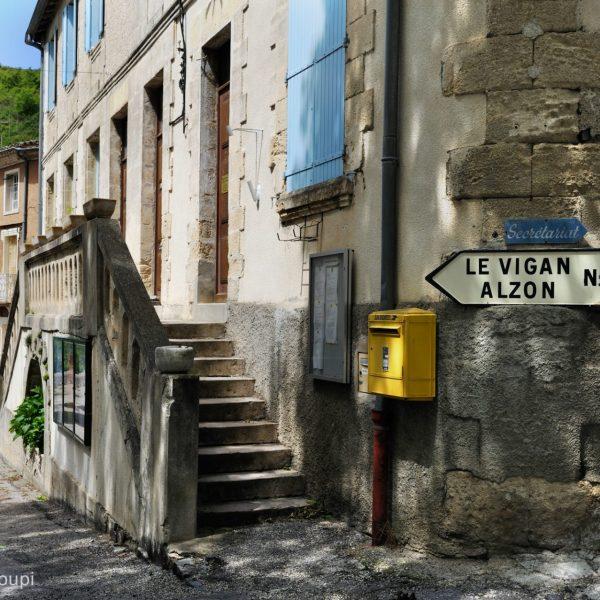 Panneaux routiers vintage à Arrigas, Gard.