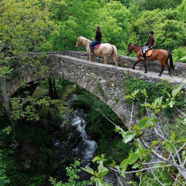 Le pont de pierres sur la rivière Coudoulous, à Aulas, Gard.