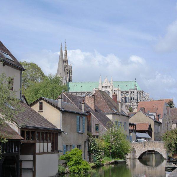 La cathédrale vue depuis les bords de l'Eure.