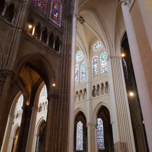 Dans la cathédrale se côtoient l'avant et l'après rénovation, le sombre et la lumière.