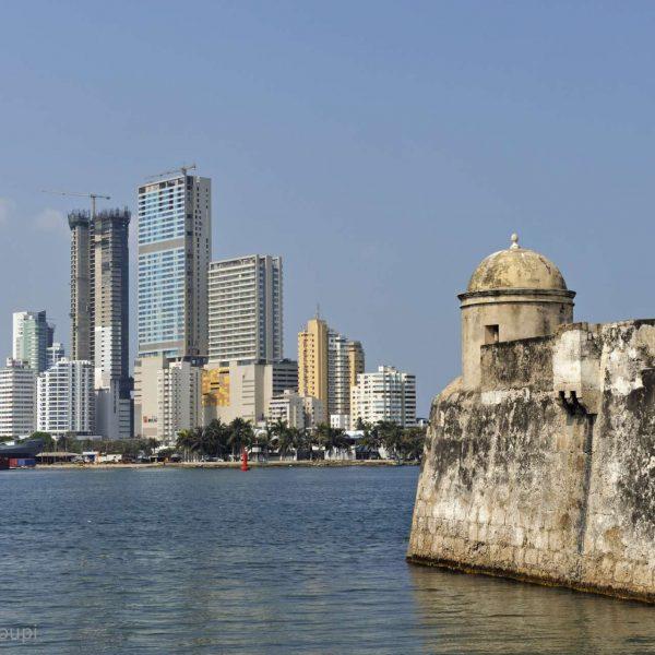 Colombie - Vieux fort et gratte-ciels de Carthagène.