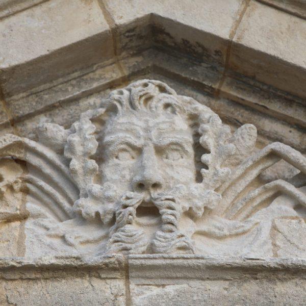 Le portique d'entrée est orné de la tête de Neptune, dieu de la mer et de la navigation.