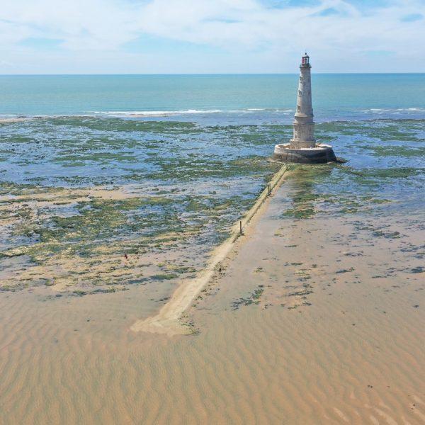 Le phare à marée basse.