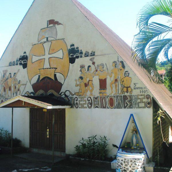 Dominique - Caraïbes - Sur l'église Sainte-Marie de Salybia, l'image de la confrontation entre les indiens Caraïbes et les premiers Européens.