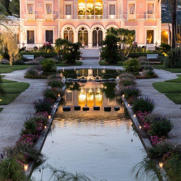 Soirée éclairée à la villa dont les façades au temps de la baronne étaient jaunes.