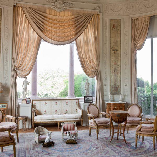 Le grand salon de la villa donne sur la baie des Fourmis de Beaulieu-sur-Mer.
