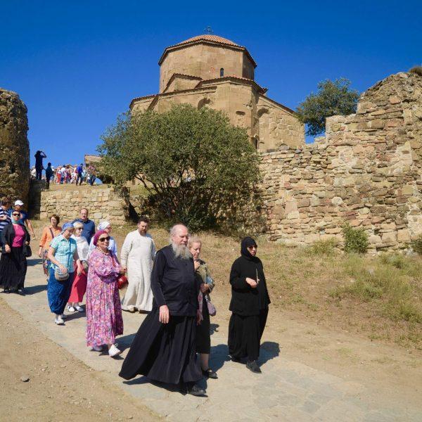 Procession au pied du monastère de Djari.