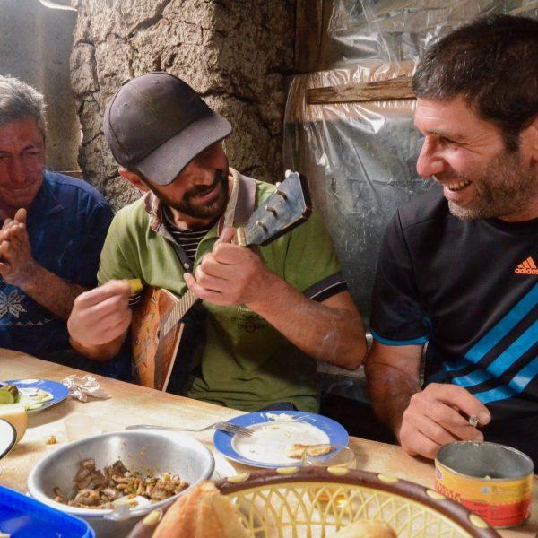 Moments de partage entre hommes, les supras sont des banquets ponctués de toasts dédiés aux vivants et aux morts, parfois accompagnés de musique et de chants