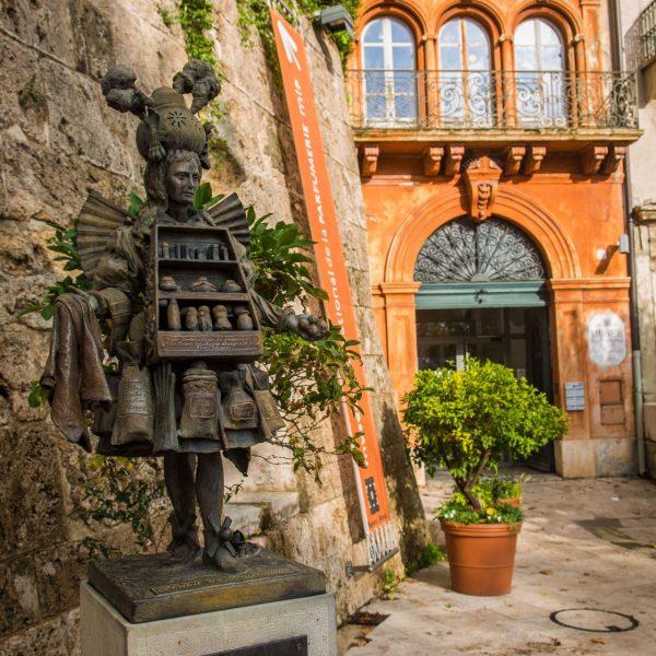 La fameuse statue de l'Habit du Parfumeur.