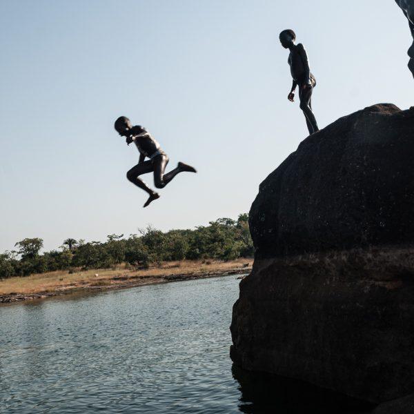 Concours de plongeons à Samaya
