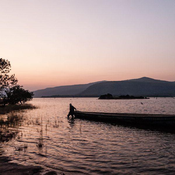 Pirogue sur le lac de Samaya