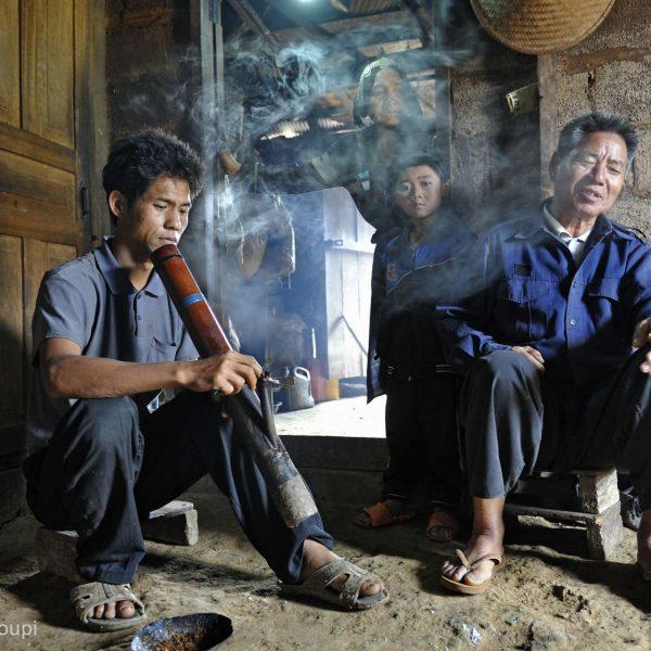 Laos - Fumeurs de pipe dans les villages Aka.