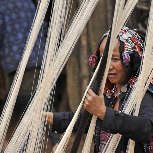 Laos - Tisseuse dans un village Akha du nord Laos.