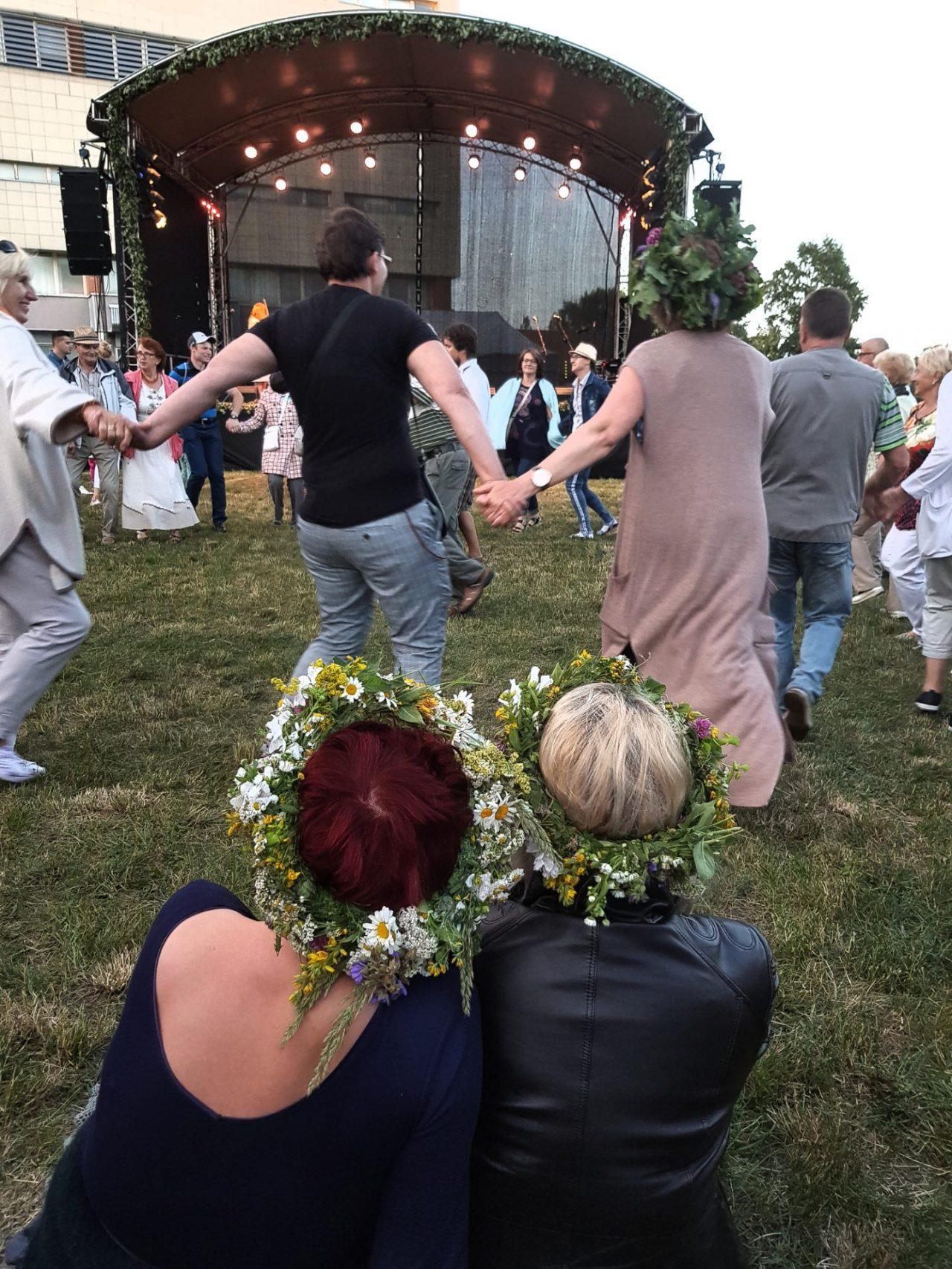lituanie-klaipeda-fete-saint-jean-jonai-danses-couronnes-fleurs
