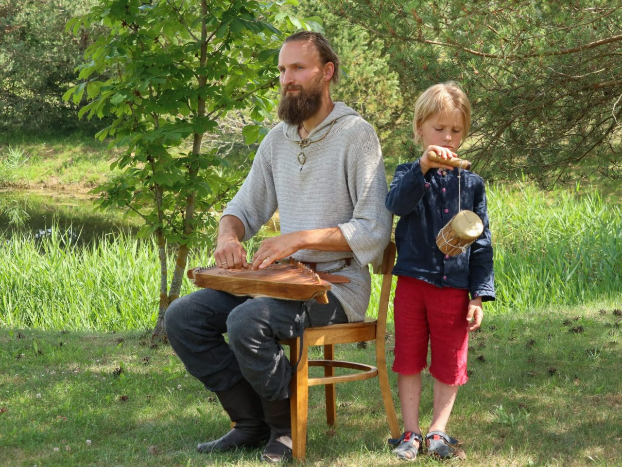lituanie-siauliai-musicien-traditionnel-avec-son-fils-instrument-kankles