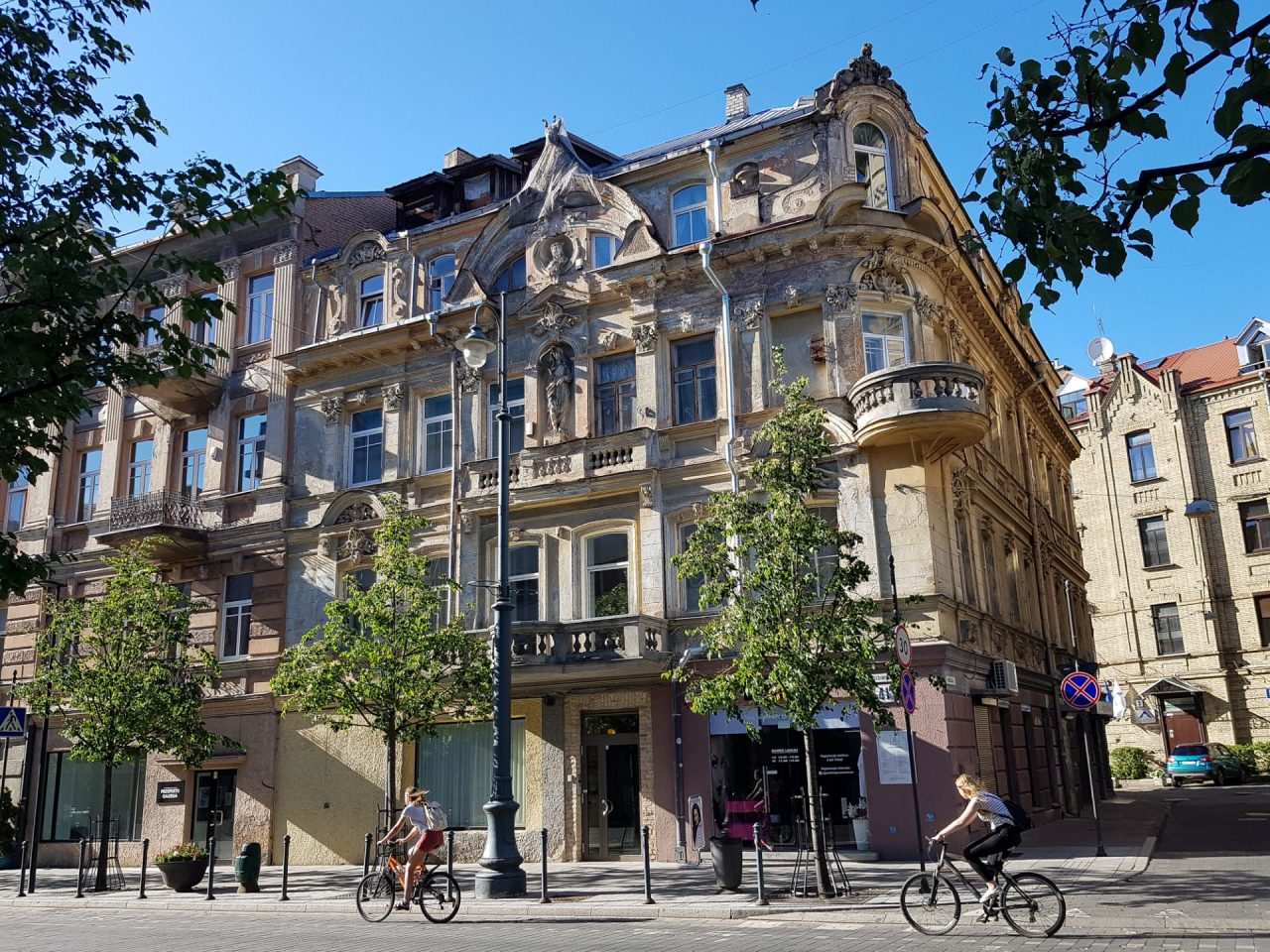 lituanie-vilnius-avenue-immeubles-cyclistes