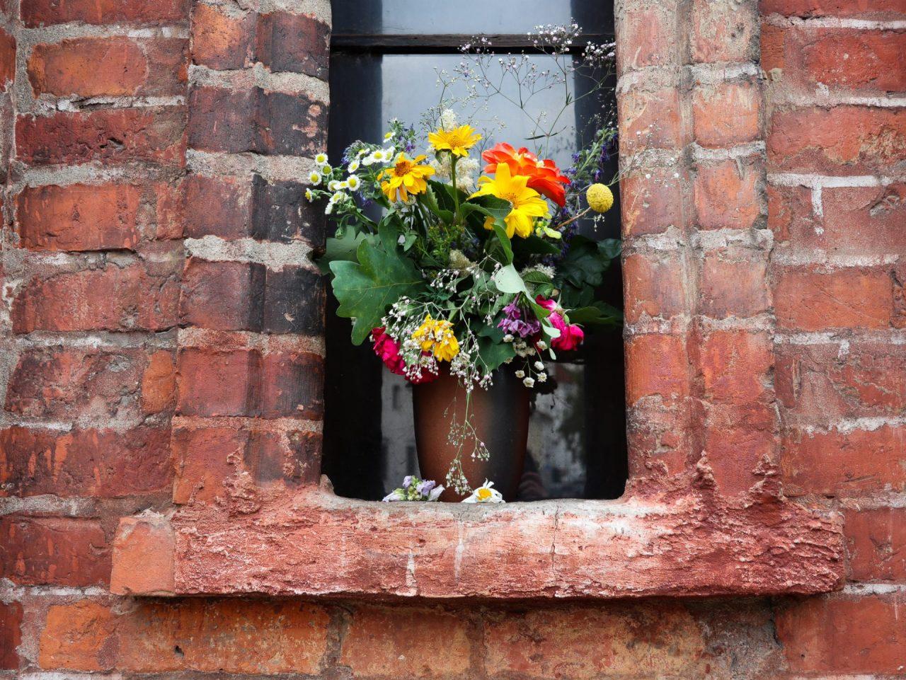 lituanie-vilnius-eglise-briques-bouquet-fleurs
