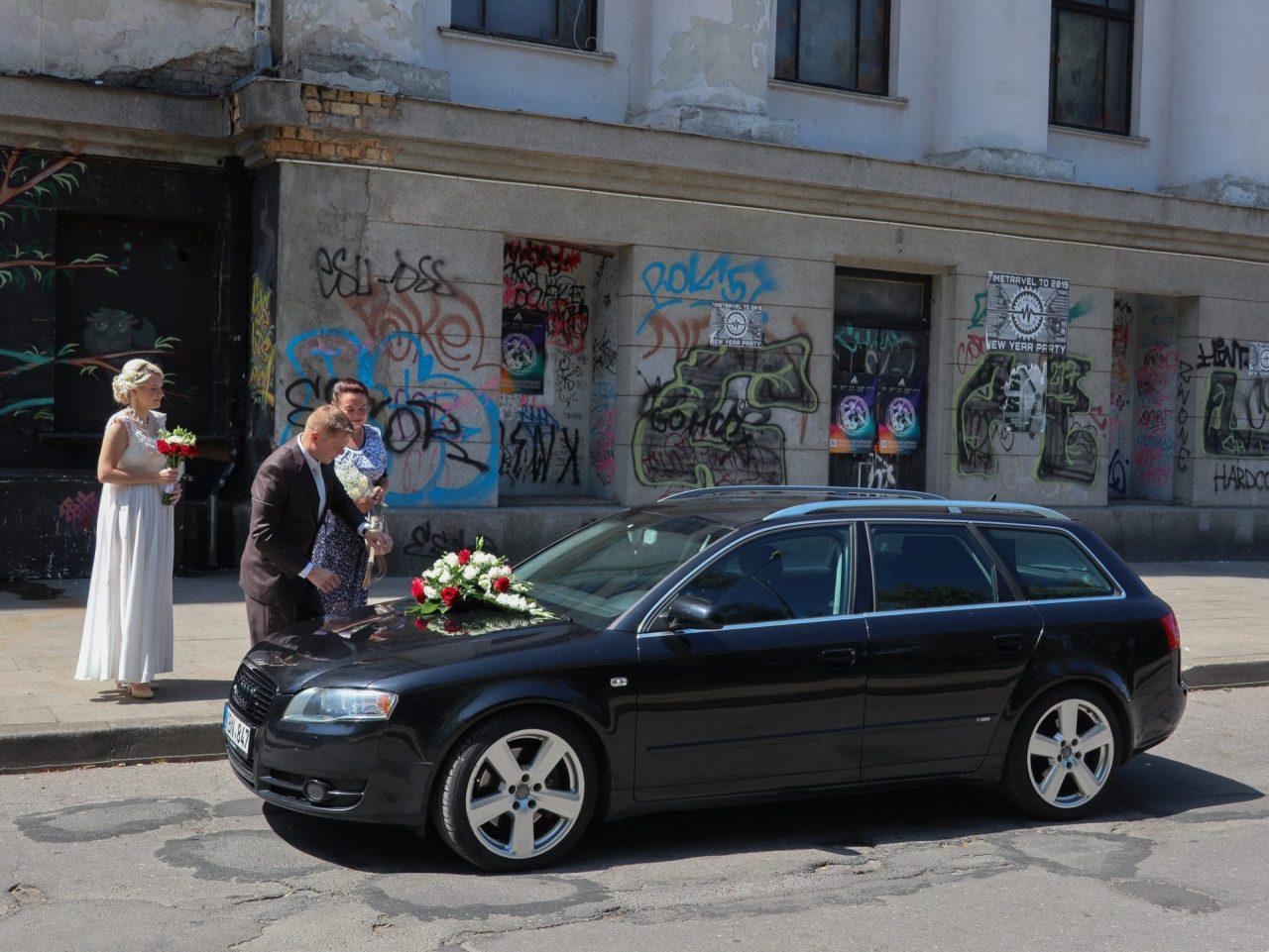 lituanie-vilnius-mariage-voiture-graffitis