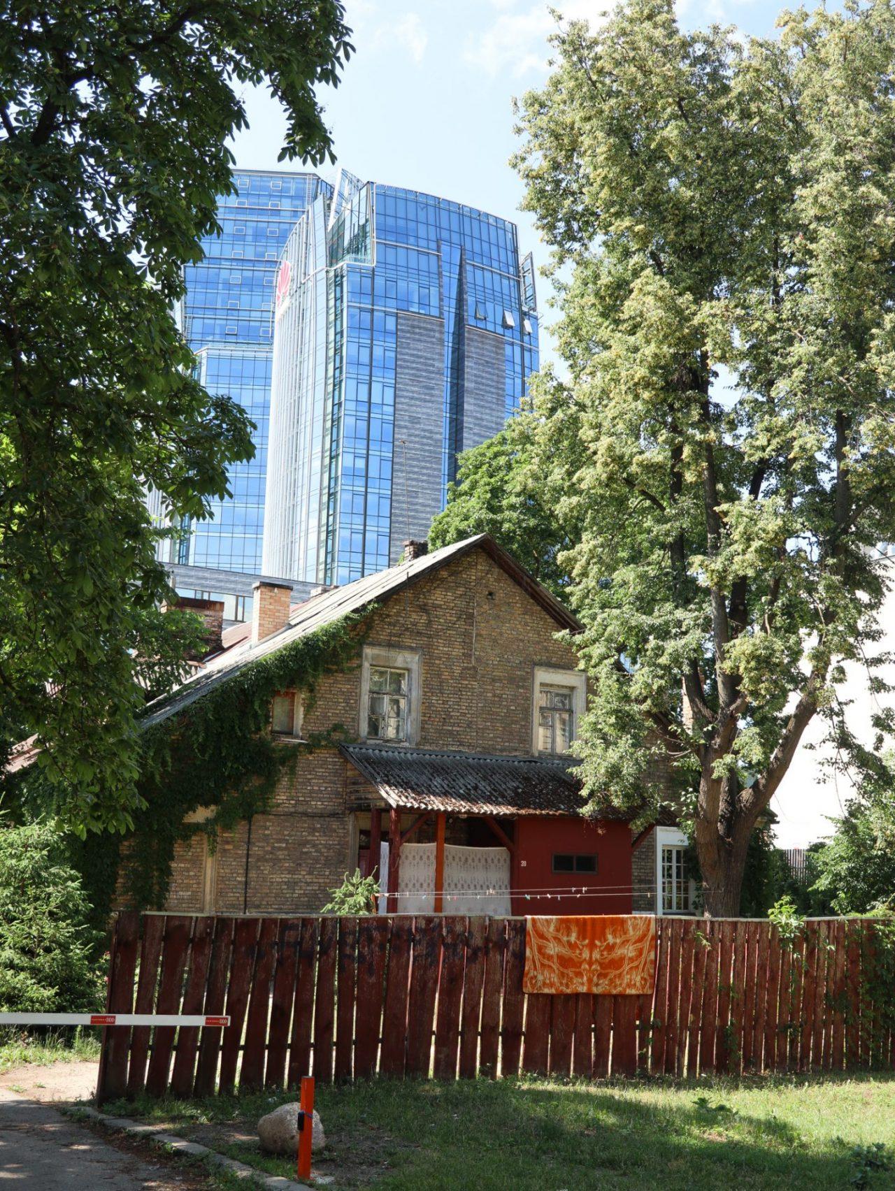 lituanie-vilnius-nouveau-quartier-snipiskes-maison-traditionnelle-architecture-moderne
