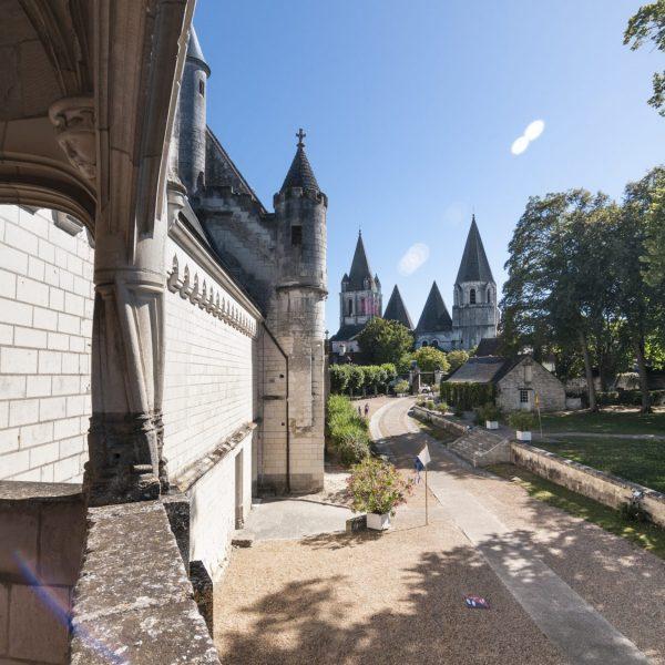 Depuis la cour, vue sur la collégiale Saint-Ours et ses étranges pyramides creuses.