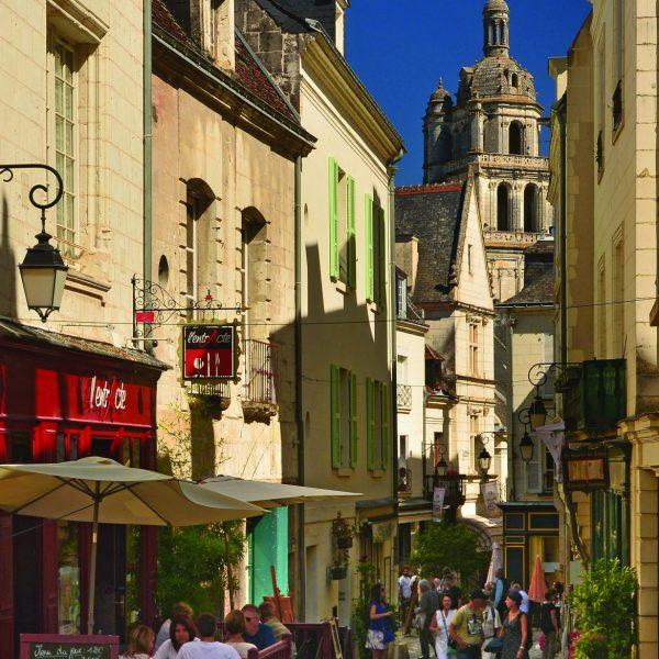 La rue du château, toujours veillée par la tour Saint-Antoine.