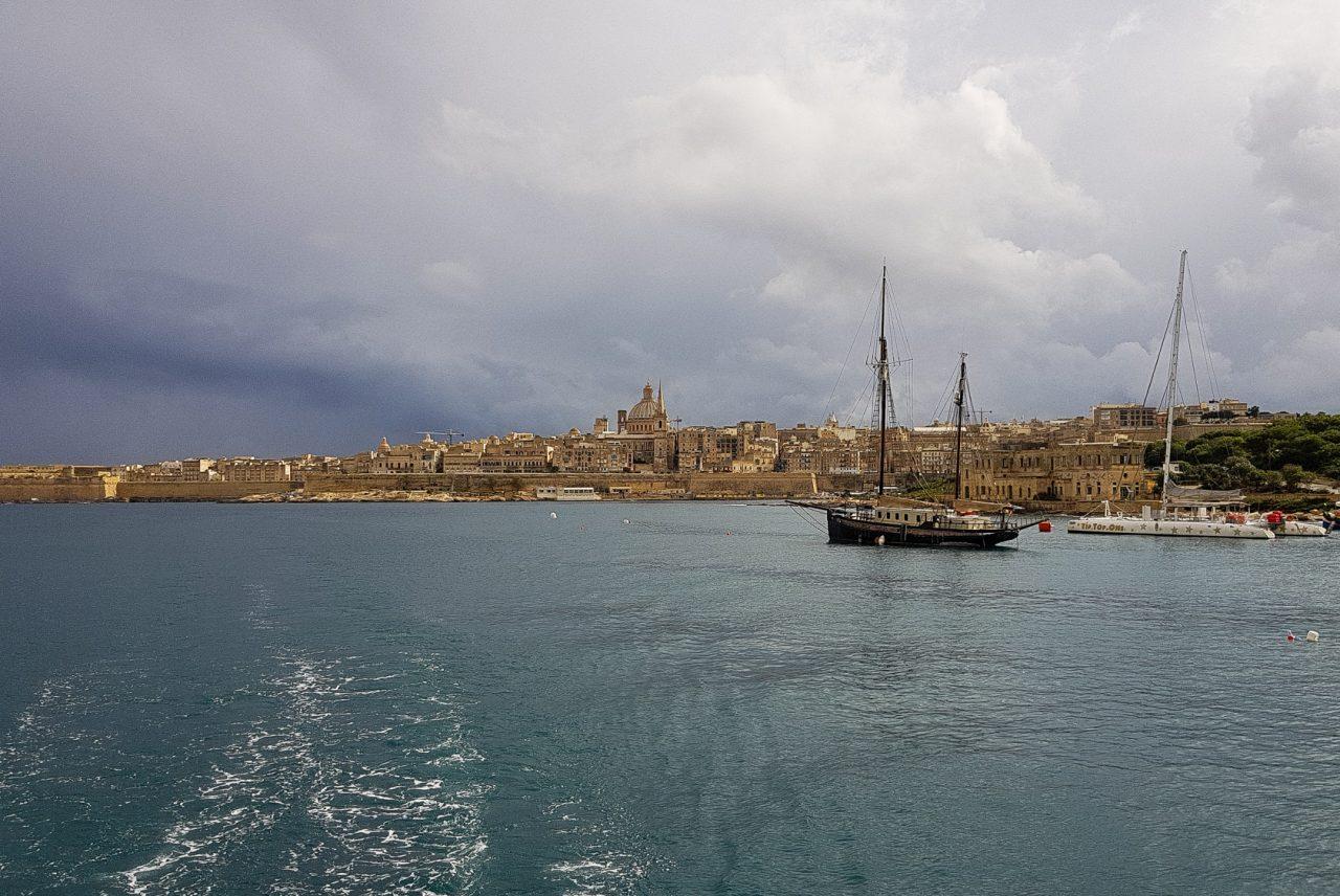 malte-la-valette-baie-cite-bateau-ciel-orage