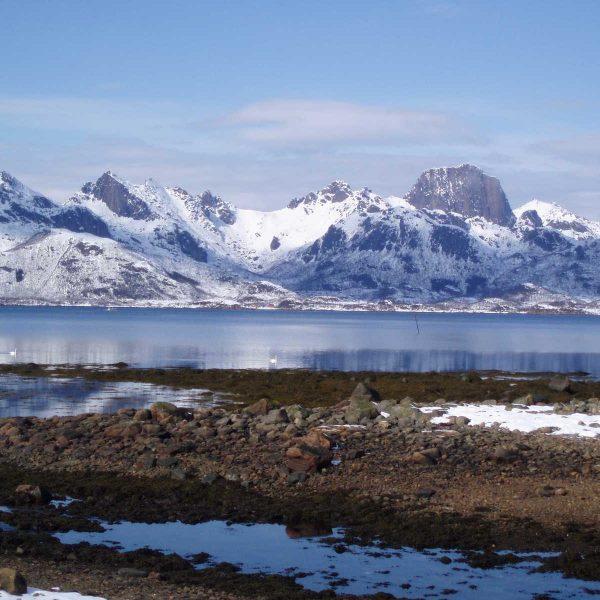 Norvège - Iles Lofoten - Bras de mer et neiges hivernales aux Lofoten.