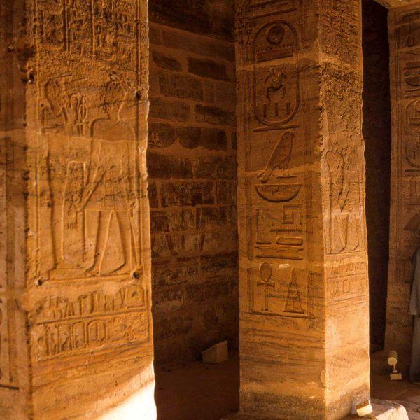 Nubie - Les colonnes gravées de hiéroglyphes d'Abou Simbel.