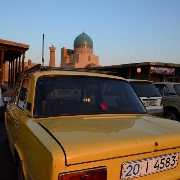 Ouzbekistan - Une Lada dans une rue de Khiva
