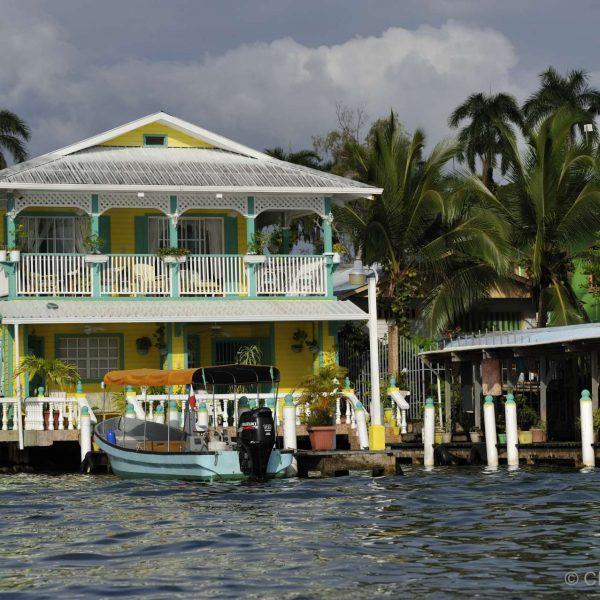 Panama - Maison en bois sur pilotis de l'île Colon, dans l'archipel Bocas del Toro.
