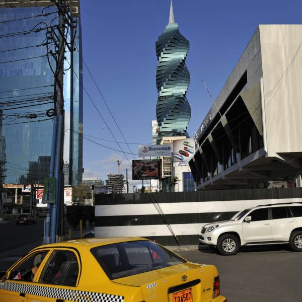 Panama - Taxi jaune au pied de la Revolution Tower de Panama City.