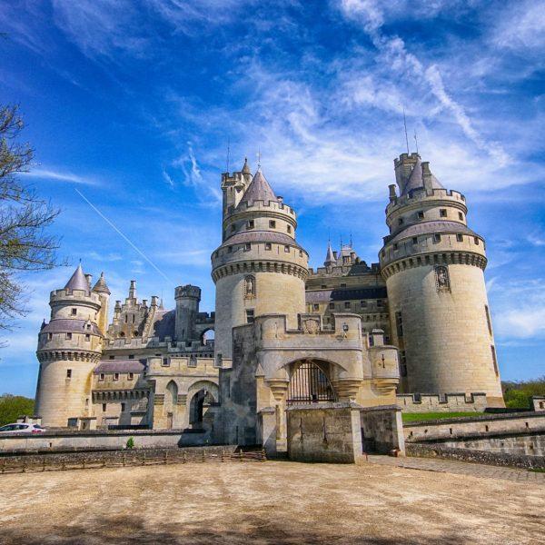 L'entrée principale du château et ses deux châtelets sont une invention de Viollet-le-Duc.