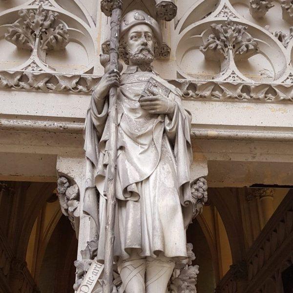 À l'entrée de la chapelle, Viollet-le-Duc en pèlerin de Compostelle. Hommage de son gendre, architecte qui a terminé le chantier.