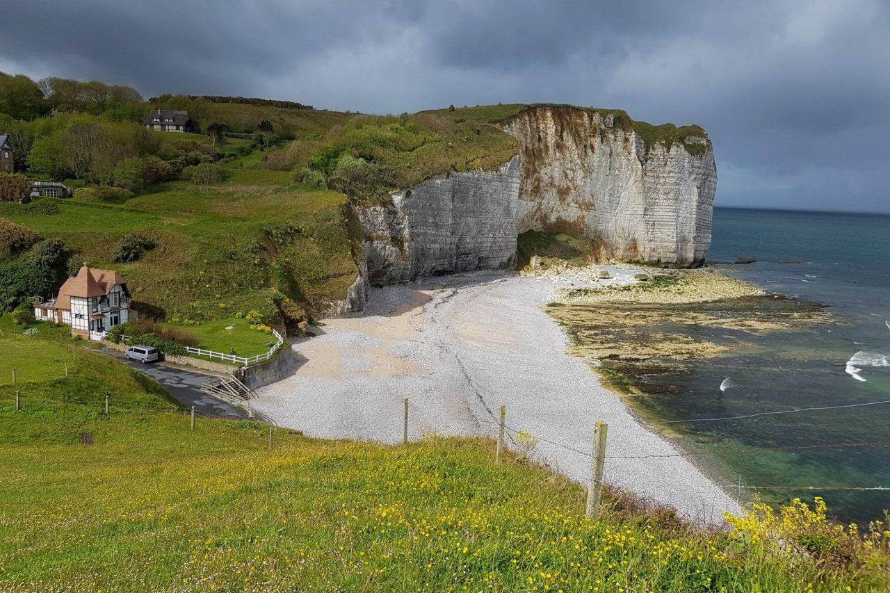 seine-maritime-cote-d-albatre-vaucottes-plage-galets-maison-colombages-soleil