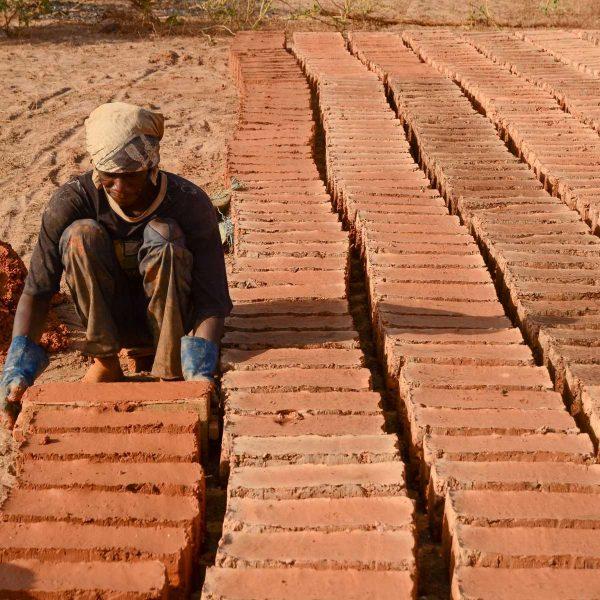 Sénégal - Sine-Saloum - Fabrication des briques de pisé au village