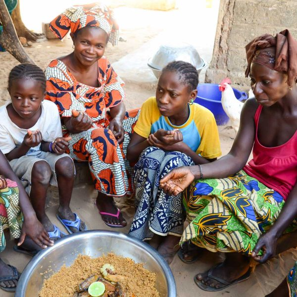 Sénégal - Sine-Saloum - On partage le thieboudiènne en famille.