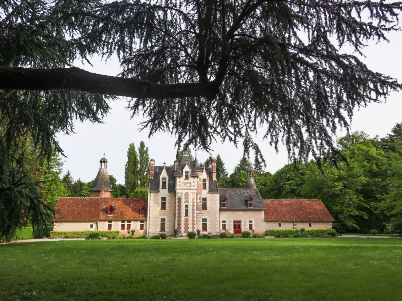 val-de-loire-cheverny-chateau-de-troussay-facade-jardin